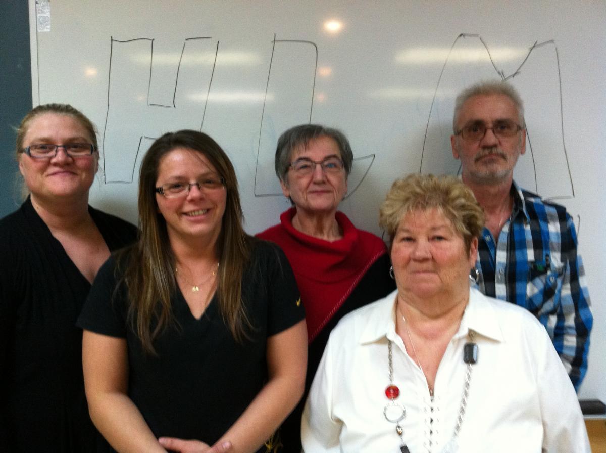 Sur la photo : Thérésa Pelletier, Caroline Willard, Lilianne Otis, Jeannette Breton et Mario Langlois.